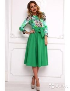 Зеленое платье длины миди с цветным верхом новое